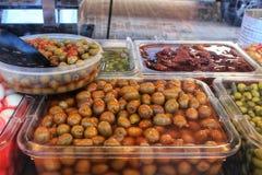 Aceitunas y salmueras en una parada del mercado fotos de archivo
