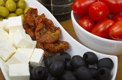 Aceitunas y selección del queso imagen de archivo
