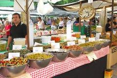 Aceitunas y tapas para la venta en el mercado en Pollenca, la isla de Mallorca (Majorca), España fotos de archivo