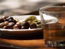 Aceitunas y vidrio de vino imagenes de archivo