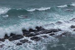 Acena rochas deixando de funcionar em um dia nublado Fotos de Stock Royalty Free