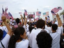 Acenando a bandeira americana Fotografia de Stock