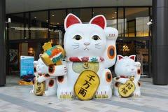Acenando Cat Sculpture Fotos de Stock Royalty Free