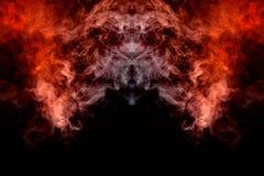 Acenando, fumo translúcido, iluminado pela luz contra um fundo escuro, dividido em duas cores: azul e vermelho, queimado, torcend fotografia de stock royalty free