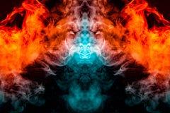 Acenando, fumo translúcido, iluminado pela luz contra um fundo escuro, dividido em duas cores: azul e vermelho, queimado, torcend foto de stock