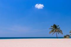 Acene na praia e as nuvens do céu ajardinam Imagens de Stock