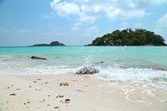 Acene a praia branca da areia da espuma da bolha com opinião da ilha do verão do céu azul em Tailândia Imagem de Stock Royalty Free