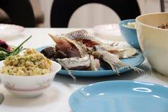 Acento elegante azul brillante en la atmósfera relajada de la tabla Aspecto impresentable de las fotos de platos diarios imagen de archivo