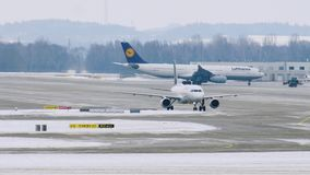 Acepilla el movimiento en el aeropuerto de Munich, invierno metrajes