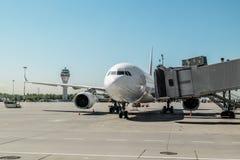 Acepille con la rampa del embarque en el aeropuerto Pulkovo Rusia Fotos de archivo libres de regalías