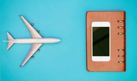 Acepille para el concepto del viaje con el cuaderno en blanco de la pantalla del teléfono Fotografía de archivo