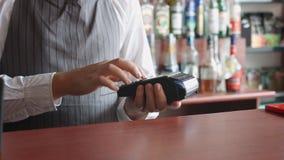 Aceptar el pago del ` s del cliente con la tarjeta de crédito almacen de metraje de vídeo