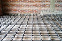 Acería para el refuerzo del piso concreto con el fondo del ladrillo Imagen de archivo libre de regalías