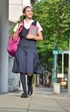 Acera católica de Girl Walking On del estudiante fotografía de archivo