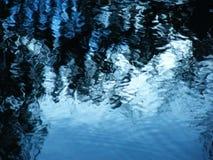 Acera con los charcos del agua y de las gotas de agua imagen de archivo