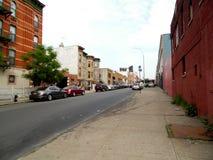 Acera de la calle de la ciudad y coches de los edificios Imagen de archivo libre de regalías