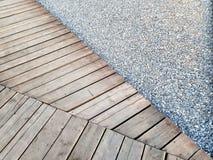 Acera de madera de la grava del sendero de la madera fotos de archivo libres de regalías