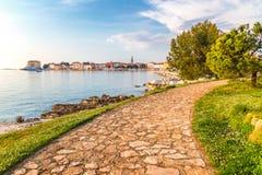 Acera a la ciudad de Porec en el mar adriático en Croacia Fotografía de archivo