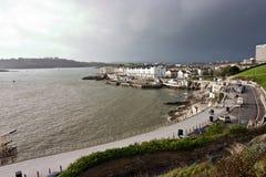Acera a lo largo de la costa del acceso en Plymouth Imagen de archivo libre de regalías