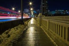 Acera mojada en la noche Foto de archivo