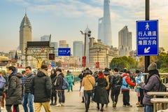 Acera ocupada de la escena urbana, Shangai, China fotografía de archivo libre de regalías