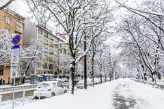 Acera y calle sin limpiar con nieve en Sofía Imagenes de archivo