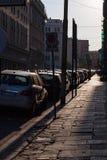 Acera y coches en la salida del sol en Roma imagen de archivo libre de regalías