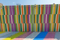 Acera y paredes pintadas multicoloras. imagen de archivo libre de regalías