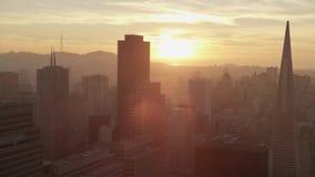 Acercamento aéreo lindo do panorama do zangão no distrito financeiro da arquitetura do centro moderna de San Francisco do por do  vídeos de arquivo