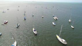 Acercamento video aéreo do barco de vela filme