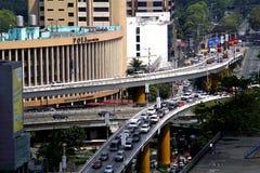 Acercamentos na interseção da avenida de Ortigas e do Epifanio Delos Santos Avenue ou em EDSA na cidade de Quezon, Filipinas fotografia de stock