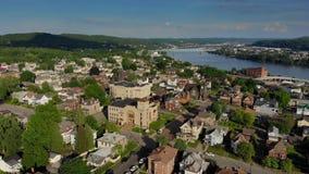 Acercamiento aéreo delantero lento al distrito financiero de la pequeña ciudad de Pennsylvania almacen de metraje de vídeo
