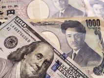 acercamiento al billete de banco americano de 100 dólares y de billetes de banco japoneses de 1000 yenes fotos de archivo libres de regalías