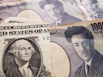 acercamiento al billete de banco americano de un dólar y al billete de banco japonés de 1000 yenes foto de archivo