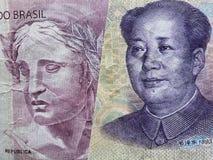acercamiento al billete de banco brasileño de cinco reais y al billete de banco chino de cinco yuan