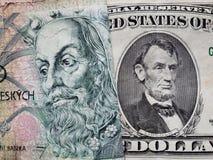 acercamiento al billete de banco checo del korun 100 y al billete de banco americano de cinco dólares
