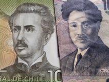 acercamiento al billete de banco chileno de 1000 Pesos y al billete de banco japonés de 1000 yenes imágenes de archivo libres de regalías