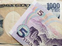 acercamiento al billete de banco chino de cinco yuan y al billete de banco japonés de 1000 yenes fotos de archivo libres de regalías