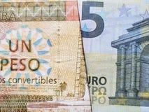 acercamiento al billete de banco cubano de un convertible del Peso y al billete de banco europeo del euro cinco