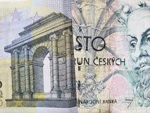 acercamiento al billete de banco europeo del euro cinco y al billete de banco checo del korun 100