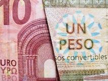 acercamiento al billete de banco europeo del euro diez y al billete de banco cubano de un convertible del Peso