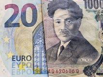 acercamiento al billete de banco europeo del euro veinte y al billete de banco japonés de 1000 yenes imágenes de archivo libres de regalías