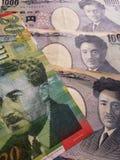 acercamiento al billete de banco israelí de veinte shekels y a los billetes de banco japoneses de 1000 yenes fotos de archivo