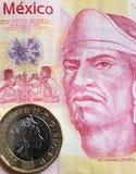 acercamiento al billete de banco mexicano de 100 Pesos y a la moneda de una libra esterlina