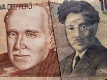 acercamiento al billete de banco peruano de veinte lenguados y al billete de banco japonés de 1000 yenes imágenes de archivo libres de regalías