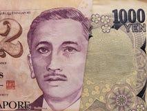 acercamiento al billete de banco singapurense y al billete de banco japonés de 1000 yenes fotos de archivo