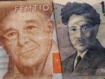 acercamiento al billete de banco sueco de cincuenta coronas y al billete de banco japonés de 1000 yenes fotos de archivo