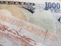 acercamiento al billete de banco sueco de cincuenta coronas y al billete de banco japonés de 1000 yenes imagen de archivo libre de regalías