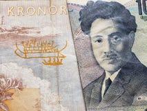 acercamiento al billete de banco sueco de cincuenta coronas y al billete de banco japonés de 1000 yenes foto de archivo