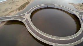 Acercamiento al puente circular y vuelta al zenit, en Laguna Garzon, Maldonado, Uruguay almacen de video